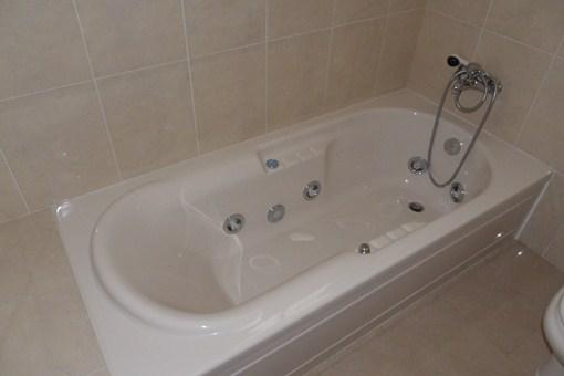 Die Hydromassage-Badewanne im Bad des Hauptschlafzimmers