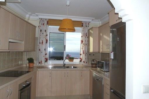 Die voll ausgestattete Küche mit Blick auf das Meer