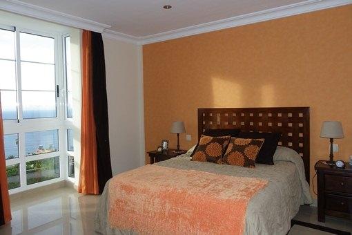 Stilvolles Schlafzimmer mit traumhaftem Meerblick