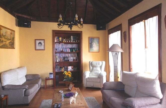 Gemütliches Wohnzimmer mit stilvollem Ambiente und Bücherregal