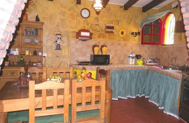 Rustikale Küche mit Esstisch