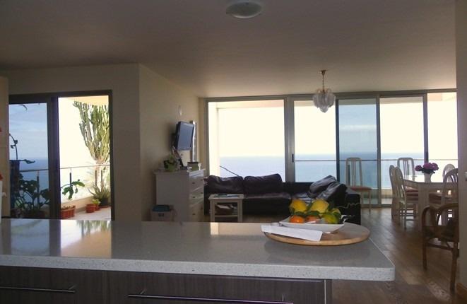 Salon mit zwei Aussichtsterrassen und viel Fensterfläche