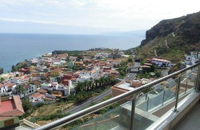 Aussicht auf Meer und Berge von den oberen und den unteren Terrassen