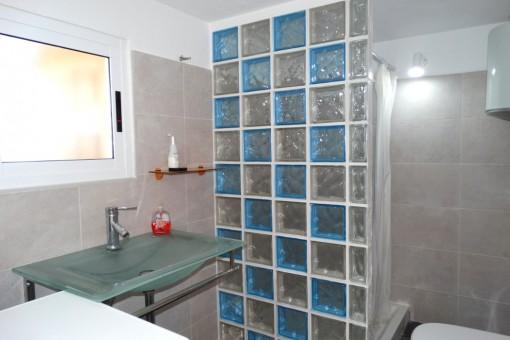 Helles Badezimmer mit der Dusche