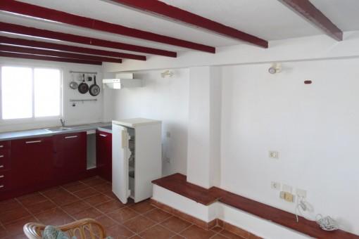 Die Küche mit genügend Platz für einen Essbereich