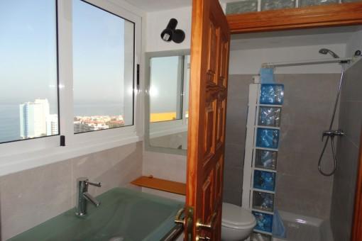 Badezimmer hat große Fenster und freier Meerblick