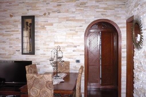 Steinwand im Wohnzimmer