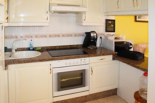 Geräumige Einbauküche mit Blick in den Wohnbereich