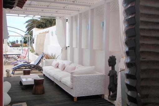 Stilvoller Außenbereich mit gemütlichen Sitzmöbeln