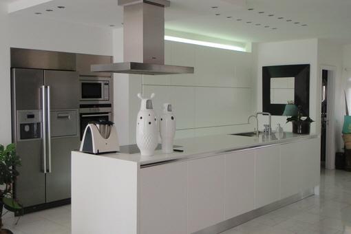 Exklusive Küche mit hochwertigen Einbaugeräten