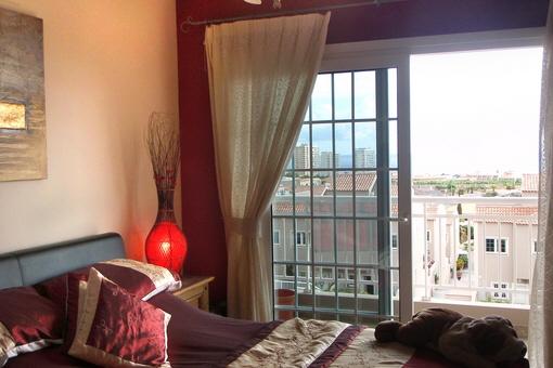 Eines der Schlafzimmer mit Balkon und Meerblick