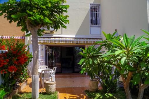Schöner Garten mit Terrasse