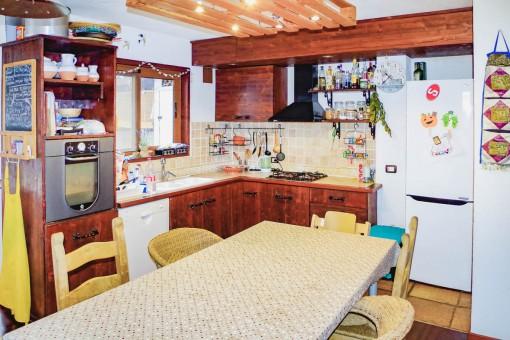 Rustikale Küche mit Essbereich