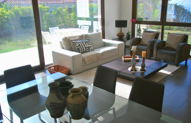 Modern eingerichtetes Ess- und Wohnzimmer