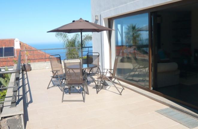 Terrasse am Wohnzimmer mit Meerblick