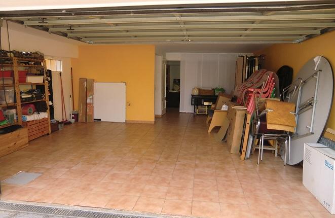Sehr große Garage mit Abstellmöglichkeiten