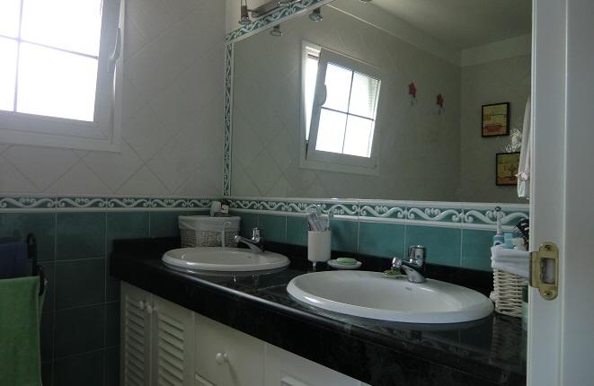 Modernes Bad mit zwei Waschbecken