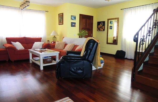 Stilvolles Wohnzimmer mit Sofas und Sessel