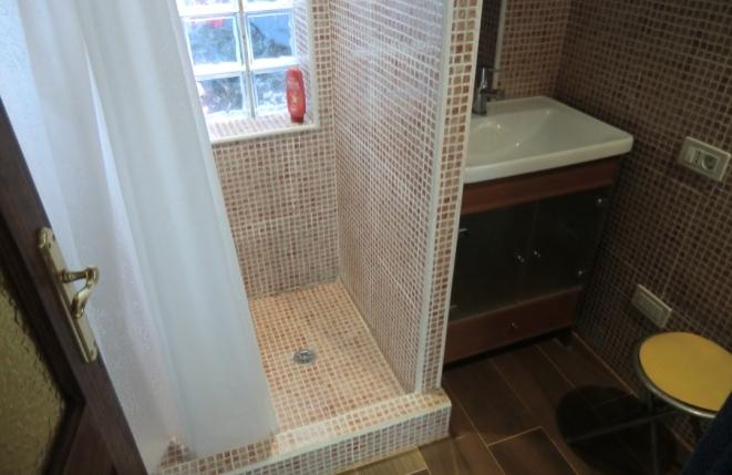 Dusche und WC im Badezimmer