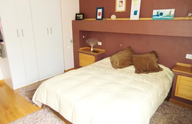 Helles Schlafzimmer mit Einbauschränken