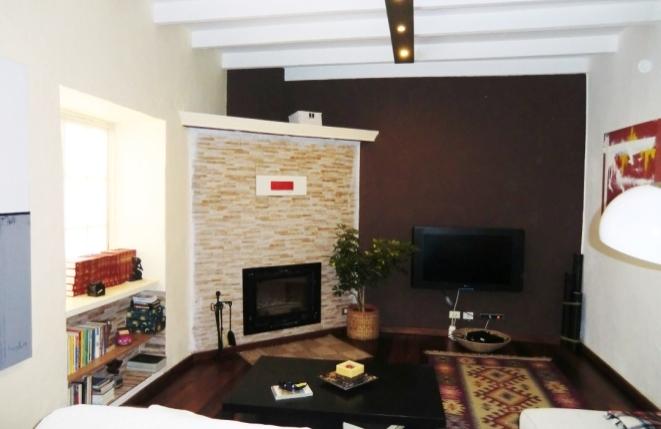 Stilvolles Wohnzimmer mit Kamin