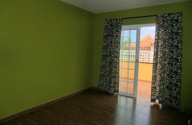 Geräumiges Schlafzimmer mit Zugang zur Terrasse