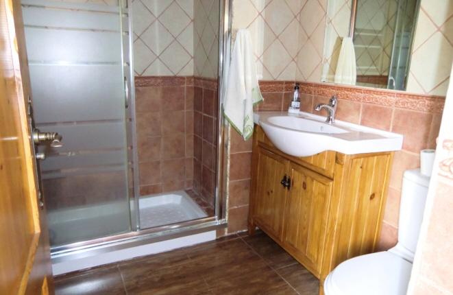 Badezimmer mit breiter Dusche