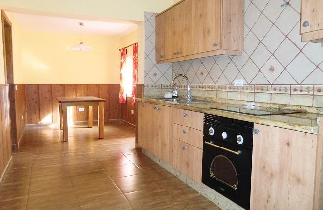 Neuwertige, helle Küchenzeile