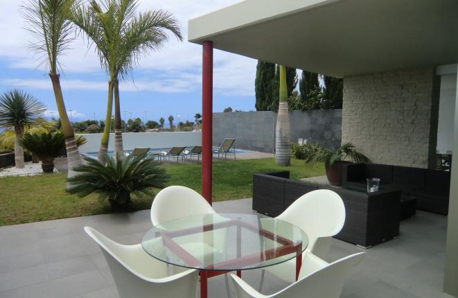 Terrasse und Garten laden zum Entspannen ein