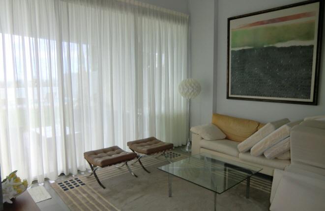 Helles Wohnzimmer mit breiter Fensterfront