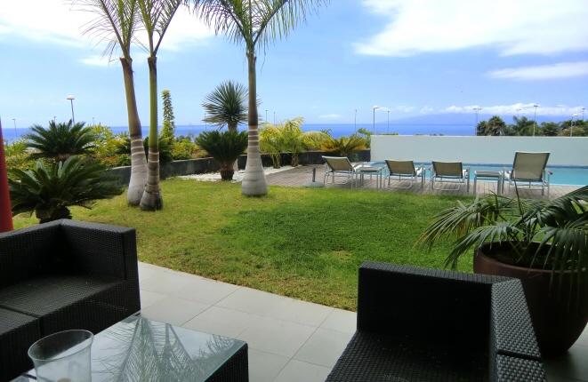Moderne Doppelhaushälfte in Golf Costa Adeje mit Pool, privatem Fahrstuhl und Blick auf das Meer und La Gomera