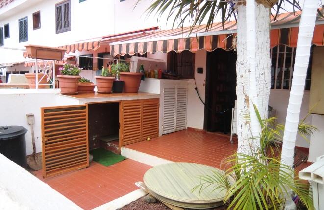 Terrasse mit Grünanlagen und eigenem Garten