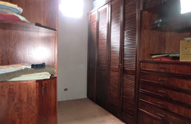 Geräumiges Ankleidezimmer mit breiten Kleiderschränken