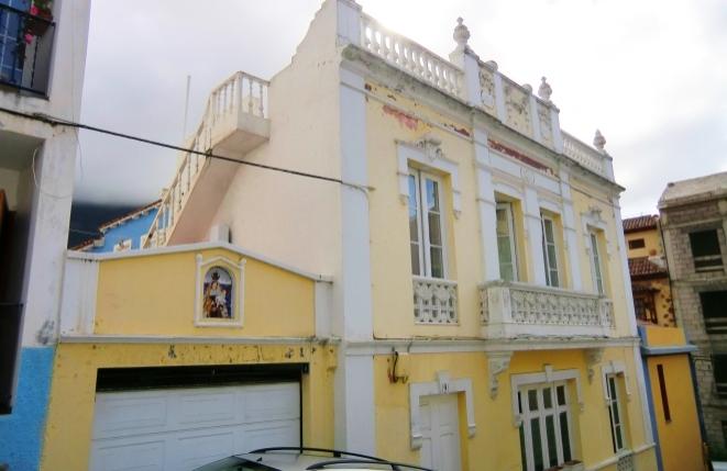 Historisches Gebäude in San Augustín mit mehreren Terrassen und Blick auf die Berge