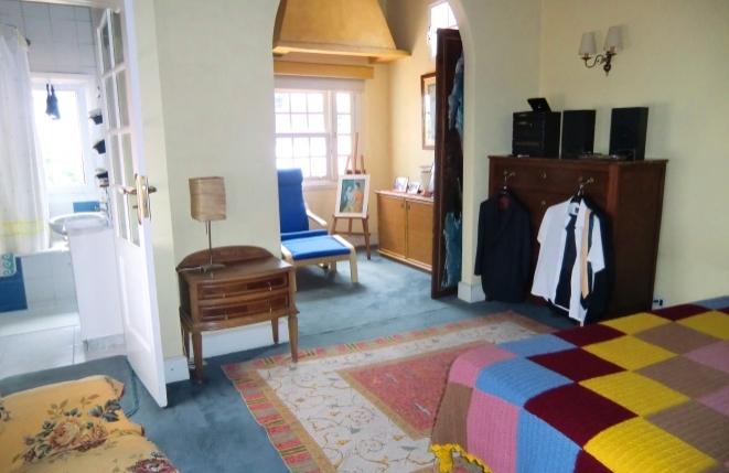 Hauptschlafzimmer mit hoher Holzdecke und Satteldachform