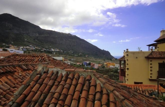 Wundervoller Blick von der Dachterrasse auf die bergige Landschaft und das Meer