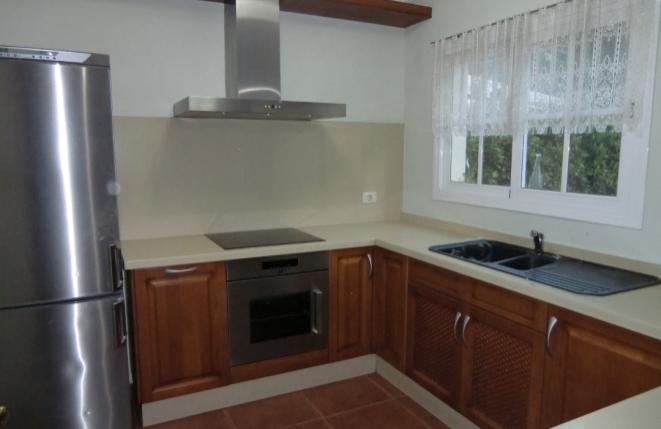 Helle Küche mit Zugang zur Terrasse und Garten