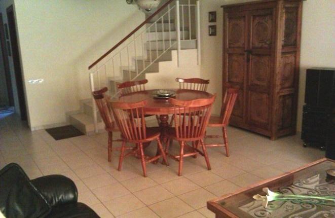 Wohnzimmer mit Esstisch und Treppe