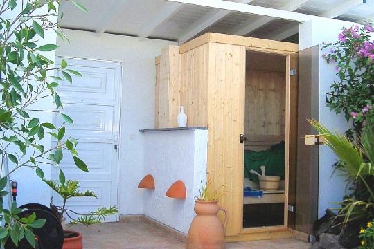 Sauna im Außenbereich mit Dusche