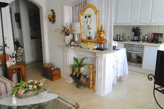 Geräumige, voll ausgestattete Küche mit Essbereich