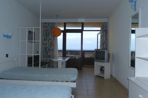 Wohnung In Erster Meereslinie Im Zentrum Von Puerto De La Cruz Schlafzimmer Und Wohnzimmer In Einem