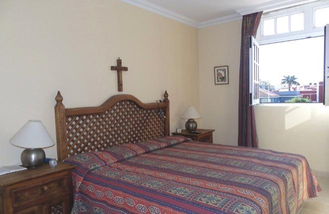 Eines der beiden Schlafzimmer mit großen Einbauschränken