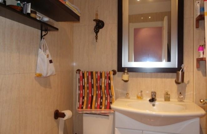 Modernes Bad mit Marmorfliesen bis zur Decke
