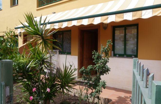 Eingangsbereich mit Markise und kleinem Garten