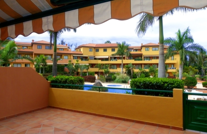 Terrasse mit Markise und Blick auf den Pool