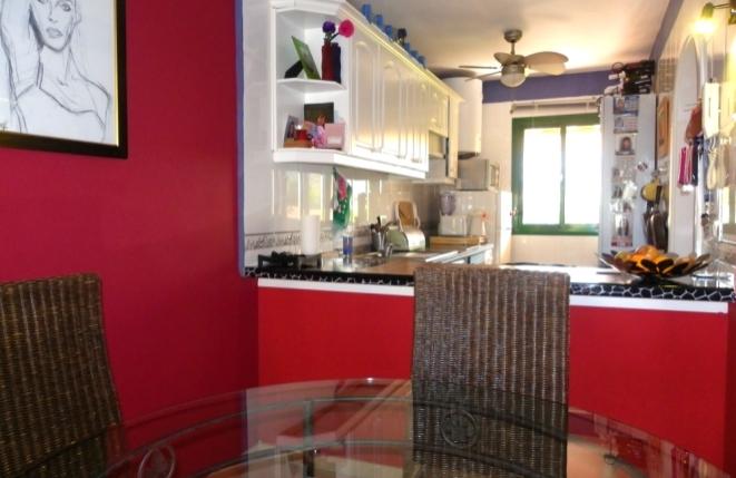 Essbereich mit Bar zur Küche