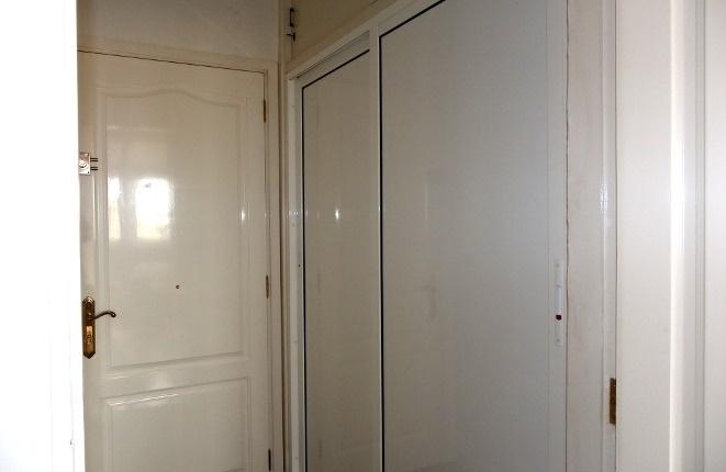 Heller Eingang mit Einbauschrankwand neben dem Bad