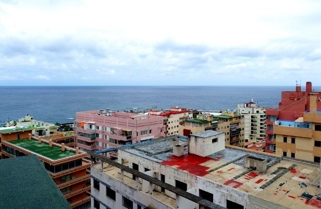 Blick zum Atlantik hoch über den Dächern der Stadt
