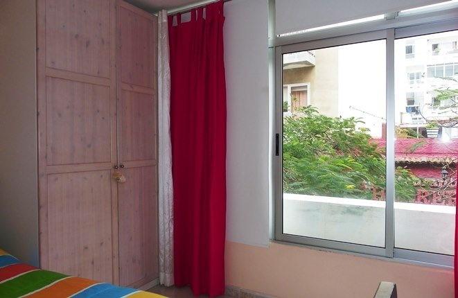 Helles Schlafzimmer mit großem Schrank