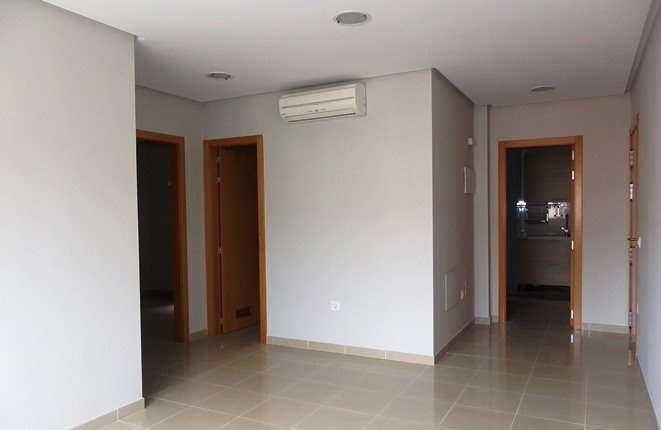 Das Wohnzimmer mit Klimaanlage, im Hintergrund die Schlafzimmer, Bad und Küche